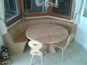 Rundbank in Fichten-Altholz. Tisch und Stühle waren bestehend und wurden nur gebürstet.