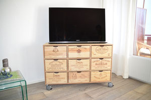sideboard auf rollen alte weinkisten als schubladen. Black Bedroom Furniture Sets. Home Design Ideas