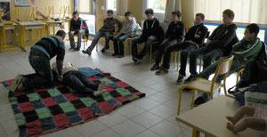 En petits groupes, les élèves ont appris le comportement à tenir et les gestes à pratiquer afin de protéger une victime et alerter les secours.