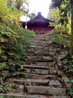 最後の石段を登ると白山神社