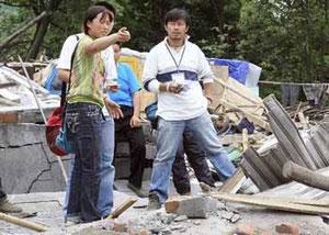 中国・四川大地震の際、被災状況を調べるCODEスタッフ吉椿さん(右)=2008年5月、四川省綿竹市で(読売新聞HP読売国際協力賞より転載)