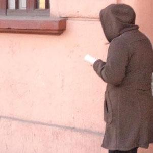 Es invierno, tarde de martes, y ella no puede dejar de leer mientras camina.