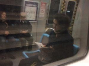 Lo etéreo del leer en el reflejo en una ventana.