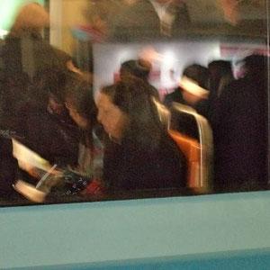 Veloz el vagón, dentro van dos mujeres afuera, ajenas, sentadas viajando