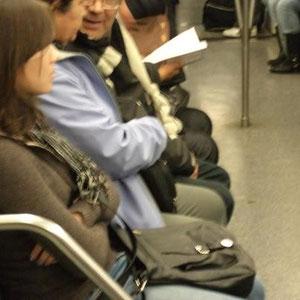 Pequeño ejercicio proporcional entusiasta: De cuatro personas sentadas, una leyendo. Exponencialmente ¿ un sueño posible ?