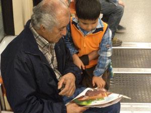 Porque cualquier lugar y momento es bueno para compartir lecturas, porque me conmovió este instante de un abuelo con su nieto en pleno viaje en Metro.