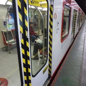 Este lector, ¿dónde viajará tan cerca, tan lejos, en el metro o en el libro?