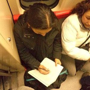 Esta vez, la lectora también hace lo suyo, lápiz en mano, subraya, buscando en las perlas, su brillo mejor.