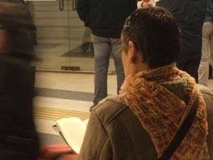 Esas puertas de vidrios están cerradas, impidiendo el paso a los que fuera esperan. Ella, leyendo, no tiene puertas cerradas.