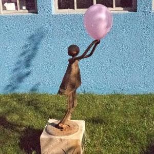 El sábado, al entrar a una cárcel del Sename a compartir cuentos, me encontré con esta escultura. No deja de ser motivador el sospechar a un funcionario penal , armado, inflando un globo al día para mantener vivo el arte. 3.6.2012