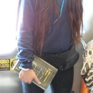 Ella descansa de la lectura, el libro de ser leído, pero dentro, los personajes siguen viviendo sus vidas