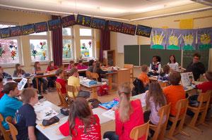 Die Mitarbeiter der Buchhandlung Jakobi im Gespräch mit den Schülerinnen und Schülern