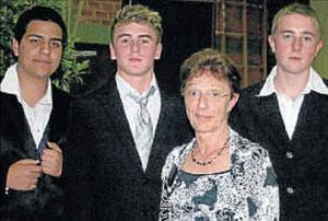 Besondere Leistungen: Adelheid Lay (Mitte) überreichte Emre Tatar, Anton Iwonin und Christoph Geise (von links) Geschenke für ihre besonderen Leistungen.