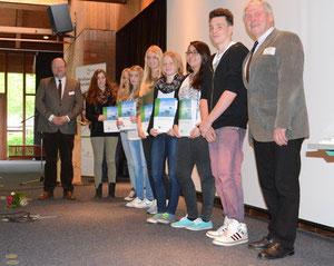 Der Bürgermeister Carl Jürgen Lehrke (re.) und der Erste Stadtrat Uwe Bee (li.) übergaben die Zertifikate stellvertretend an die ausgewählten Schüler – Foto: JPH