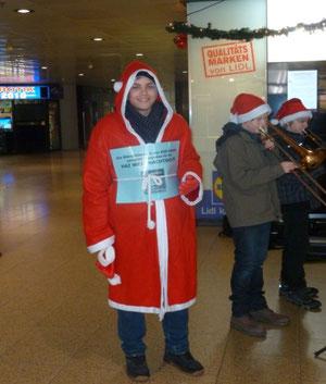 Unser Weihnachtsmann hat mit seiner freundlichen Art viele Zuhörer zum Spenden animiert.