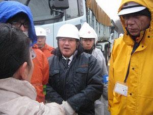 12/18 山本最終処分場 焼却灰を積んだトラックの前で抗議する地元住民
