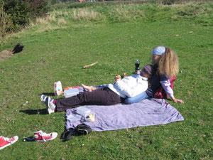 Picknick bei strahlendem Oktoberhimmel