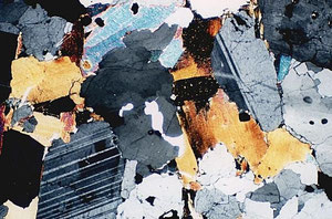 花崗岩:国会議事堂外装、都庁玄関、銀座歩道石畳は放射線から抗菌性(ウィルス菌撲滅)とマイナスイオン放射効果が考えられる