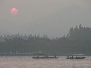 中国西湖の夕暮れ