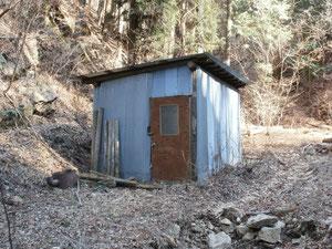 林道に沿った沢の上流平滑花滑岩に包含された小屋(微量の放射線岩盤欲ができますよ)