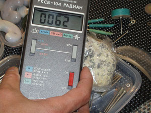 店頭で貴婦人がうつ病の娘のために購入したいと、熱心にラジウム鉱石0.062×20=1.24μSv/hを品定めしていました。価格は5cmサイズで13万円でした。なお放射線は強すぎると害を及ぼします。国際放射線防護委員会(ICRP)では放射線許容量を約5.0μSv/h(マイクロシーベルト)以内と定めています。