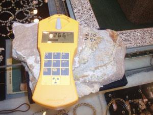 台湾の北投石2.6μSv/hが20万円、今年のミネラルショーで秋田北投石(鑑定書付)を測定したら0.2μSv/hでした。採取場所によって品質にバラツキがあります。