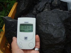 秩父山中の林道沿いで採取、ブラックシリカ 放射線0.34μS/h