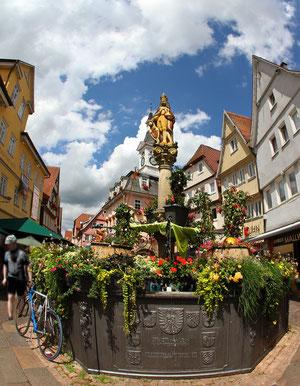 ..... Kalenderblatt Monat August und Titelbild des Kalenders (Marktbrunnen Aalen)