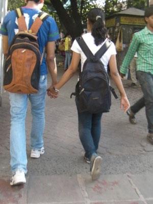 コルカタの街を歩くTシャツ姿のカップル