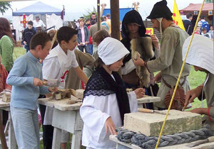 Animation médiévale des bâtisseurs à la fête médiévale de Folleville par l'asso du château d'Eaucourt sur Somme Picardie, près d'abbeville