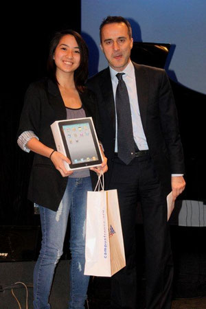 Mlle Celine Setiadi reçoit son prix des mains de M. Candelle, directeur de l'Alliance Française de Hong Kong