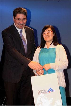 Mlle Charlotte Mui reçoit son prix des mains de M. Bonnevialle.