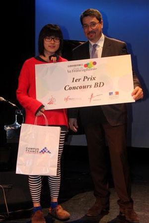 Mlle Terry Po reçoit son prix des mains de M. Bonnevialle, conseiller culturel au Consulat général de France à Hong Kong et Macao