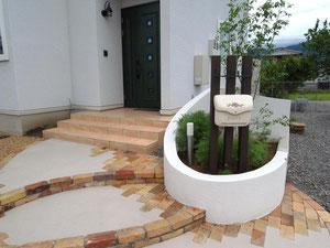 花壇内に門柱