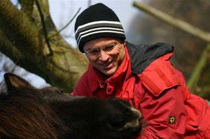 Wo verbirgt sich mein Leckerli? Schatzmeister Gunter Brauch scherzt mit einem seiner Ponies...