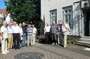 Beim Anblick ihrer ehemaligen Schule wurden bei diesen Besuchern Erinnerungen wach. Foto: Werk