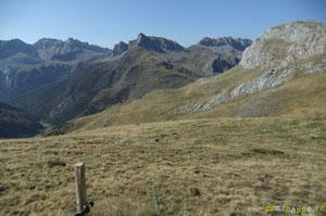 Après une clôture et devant le Mallo Anaron, le Chemin de la Liberté rattrape le Camino de Santiago issu du Col de Paü.