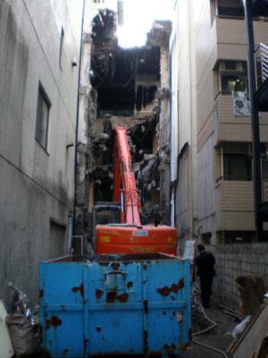 狭い敷地での解体工事