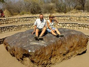 Der Hoba-meteorit - unsere Reiseführer Nicole und Hans