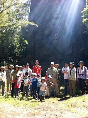 磨崖(まがい)仏の前で記念撮影