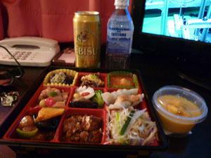 渋谷駅で買ってきた¥1000お弁当 マンゴープリン付&恵比寿ビール