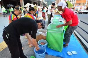 かき氷などのプラカップは、お客様ご自身で洗っていただいています。