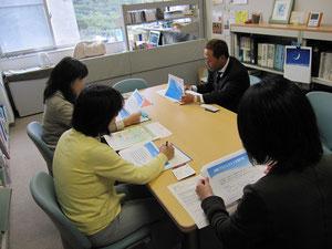 FJKの趣旨と「震災子ども支援室」の活動の説明を受ける高崎理事長と東北大学の先生方