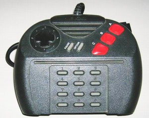 El mando era más peculiar y aparatoso que ergonómico