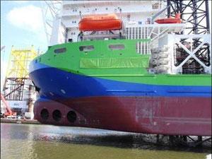 """Abbildung 4: Das Errichterschiff """"Innovation"""" 1 Stunde vor der Taufe vor dem ABC-Terminal in Bremerhaven aufgejackt. Gut sichtbar sind die  3 Bugstrahler, die zum dynamischen Positionieren dienen (Foto Dr. Hochhaus)"""