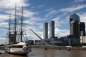 Vergangenheit und Gegenwart: Im Hafen von Buenos Aires     Foto: Anna Sommerer