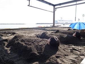 埋まって海を眺めます