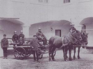 Feuerspritze wird von Pferden gezogen