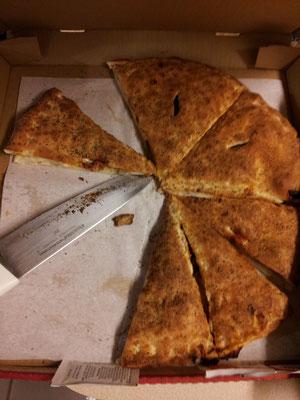 Neue Pizza von Pizza Hut, mit Teig oben drauf, schmeckt aber scheiße, ahahah :D