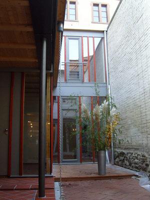 Im Hinterhaus stehen Gästen und Gruppen Räumlichkeiten zur Verfügung
